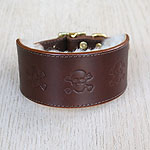Buckle collar with skulls